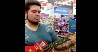 Encuentra una guitarra de juguete en el supermercado: escuchen lo que logra hacer!