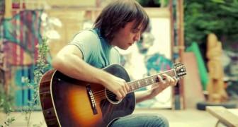 On dirait un guitariste quelconque mais son style va vous hypnotiser