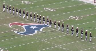 24 soldati si mettono in formazione: la loro esibizione è IMPECCABILE