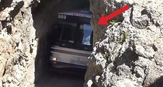 Un autobus y un paso estrechisimo: el coraje de este chofer no tiene limites!