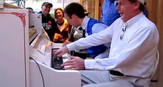 2 men play the piano in the street ... When a stranger joins them, it get's even better !