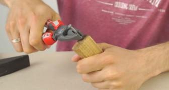 Hij slaat een spijker in een stuk hout: met deze noodtruc kom je de zomer door!