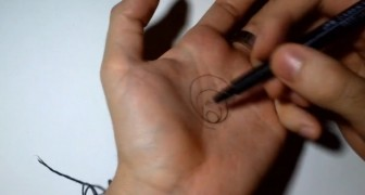 Hij tekent een cirkel op zijn hand, maar als snel verandert deze cirkel in een gapend gat