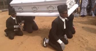 Deze vrienden dragen haar kist naar de begraafplaats, maar op een totaal ONVERWACHTE manier!