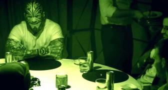 6 uomini mangiano insieme AL BUIO. Quando le luci si accendono, la verità li lascia di stucco