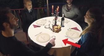 Sie setzen sich an den Tisch, um zu essen, aber schaut mal was passiert, während sie warten...