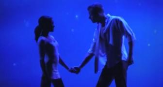 2 danseurs se donnent la main sur scène : leur spectacle est absolument PARFAIT