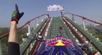 Il monte sur sa moto sur des montagnes russes : le truc de fou!!