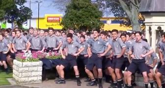 Als de lijkwagen van hun favoriete leraar wordt voorgereden, begroeten deze jongens deze op geheel eigen wijze...