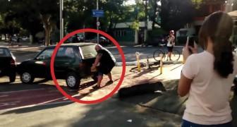 Deze auto staat op het fietspad geparkeerd, maar deze fietser laat het hier niet bij zitten...