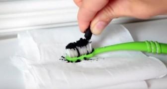 Ze brengt een zwart poeder aan op haar tanden... het resultaat is stralend!