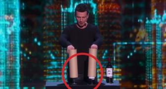 Tiene in mano 2 cilindri di cartone: ogni volta che li solleva il pubblico rimane sbalordito