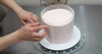 Avvolge una torta con della carta da imballaggio: ciò che sta per creare è sorprendente!