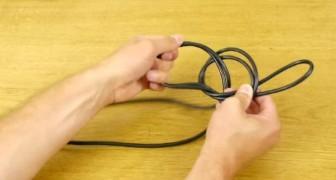 Il commence à nouer un câble et vous montrer comment résoudre un problème pénible