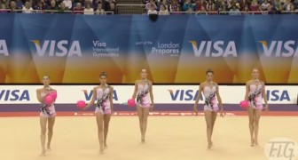 5 mulheres se preparam em linha: o que conseguem fazer com a bola é incrível!