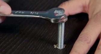 Hier zie je een handige truc voor het los- of vastschroeven van een schroef als je niet over het juiste gereedschap beschikt