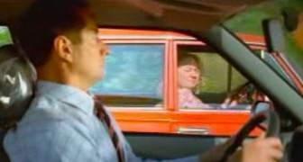 Eine alte Frau fährt im Auto neben einen anderen Wagen. Was sie macht, ist teuflisch!