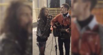 Un artista di strada canta gli Aerosmith, ma non sa che Steven Tyler è dietro di lui...