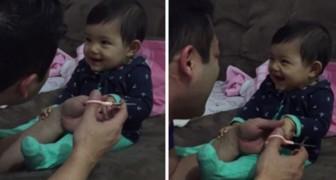 Guardate la reazione della bambina ogni volta che il padre prova a tagliarle le unghie...