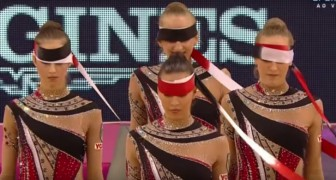 5 ginnaste si preparano col nastro davanti agli occhi: la loro esibizione vi farà venire i brividi
