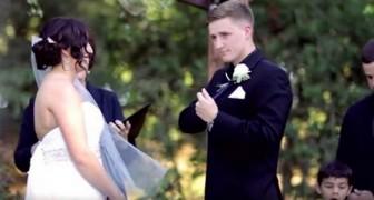 De bruidegom neemt de microfoon in handen om zijn gelofte af te leggen, maar dan gebeurt er iets onverwachts!