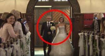 De bruid en haar vader betreden de kerk... wat ze vervolgens doen is zelfs voor de bruidegom een verrassing!