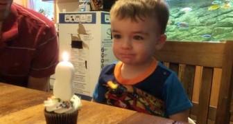 Der Junge schafft es nicht, die Kerze auszublasen. Was der Papa macht, ist schlau und sehr süß