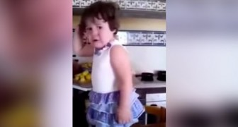 While having a tantrum she realizes she's being filmed: her reaction makes them die laughing !