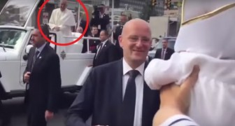 Papa Francisco nota entre la multitud un neonato vestido como él: su reaccion es un espectaculo!