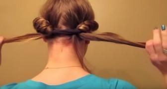 Arrotola i suoi capelli in una fascia, quando la scioglie l'effetto è sorprendente