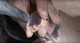 Un artesano comienza a poner una baldosa...lo que esta por crear es encantador