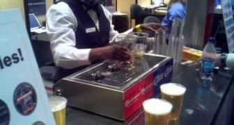 Copos de cerveja enchidos pelo fundo