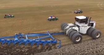 Un des tracteurs les plus grands du monde est au travail... et la foule se déplace pour l'admirer