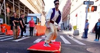 Als ze Aladdin voorbij zien gaan over straat is hun reactie één en al verbazing!