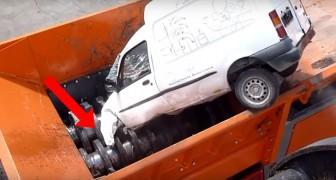 Miren como esta maquina monstruosa logra comerse automobiles ENTEROS