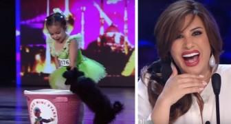 Uma menina de quatro anos sobe no palco com seu filhote: a sua exibição é adorável