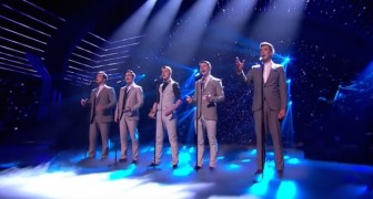 Cinco homens vestidos elegantemente se preparam para cantar: veja que exibição!