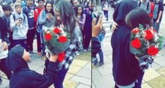 Een jongen bij de uitgang van een school verrast zijn vriendin met... een gebaar van weleer!