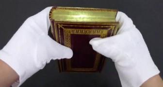 De boekhandelaar verbuigt de bladzijden van een boek om een oud en spectaculair geheim te onthullen