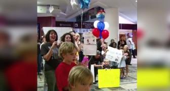 Tutta la famiglia attende all'aeroporto con ansia: ciò che sta per accadere è commovente