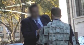 Hij loopt rond beplakt met geld: kijk hoe mensen hier op reageren