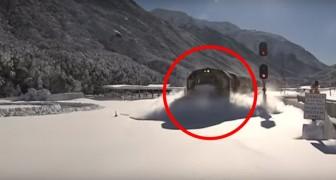 La nieve sobre las vias es altisima, pero la potencia del tren es extraordinaria