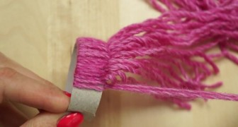 A bit of wool and a cardboard tube: this is all you need for this adorable decoration!
