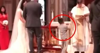 O que este menino faz quando leva as alianças faz até o padre morrer de rir!