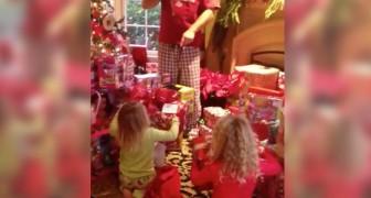 La mattina di Natale trovano il più bel regalo della loro vita... Guardate il loro entusiasmo!