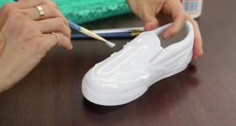 Toma el pegamento y lo exparse sobre un zapato...Esto que obtiene es fabuloso!