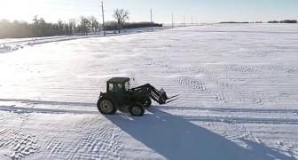 Un tractor avanza en la nieve, pero cuando se alarga la imagen...HOOO!!