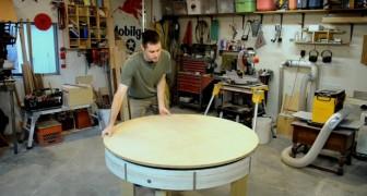 Er baut einen normalen Holztisch, aber wenn er ihn dreht, zeigt er sein Geheimnis
