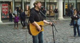 Er singt auf der Straße und die Passanten müssen ihm einfach zuhören