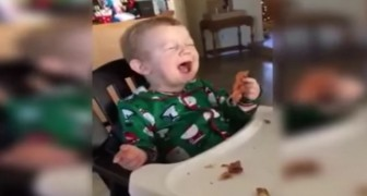 A child taste bacon for the first time: his reaction is EPIC
